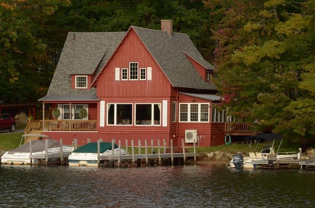 červený dům, voda, lodě