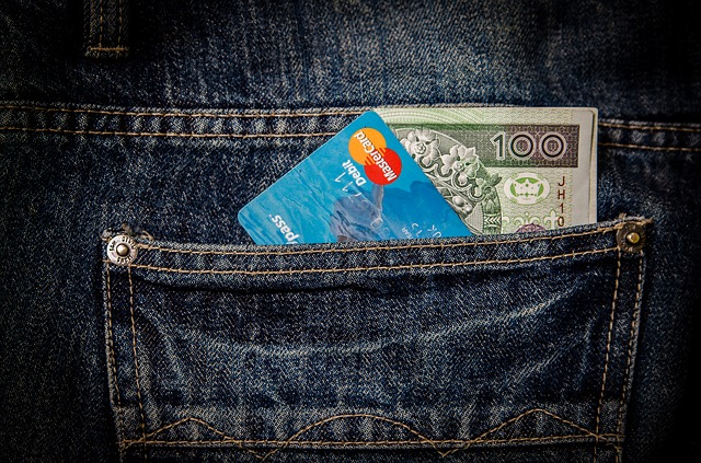 bankovka s kartou v kapse