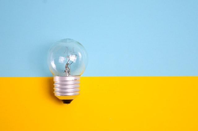 žárovka na modrožlutém pozadí