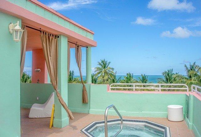 vířivka na terase, palmy